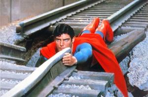Superman en la vía del tren