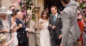 Les doy un año boda Rafe Spall Rose Byrne