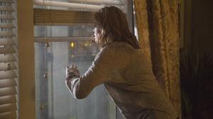 Fear The Walking Dead - Maddie mirando por la ventana