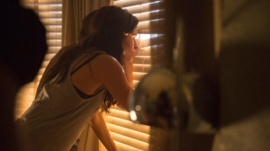 Fear The Walking Dead - Ofelia mirando por la ventana